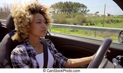 a, junger, schwarze frau, fahren, a, cabriolet, in, sommer