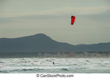 a, kitesurfer, brandungen, mit, a, rotes , papier drache, strand, von, mallorca