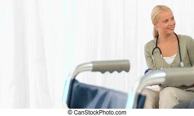 a, krankenschwester, portion, ein, ältere frau, machen, übungen