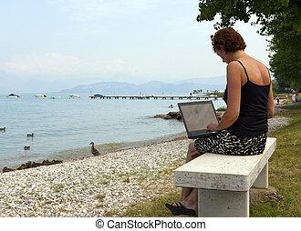 a, kvinna, arbete, utanför, med, a, laptop