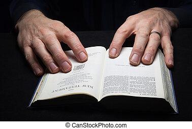 a, lecture homme, les, bible sainte, à, deux, hands.
