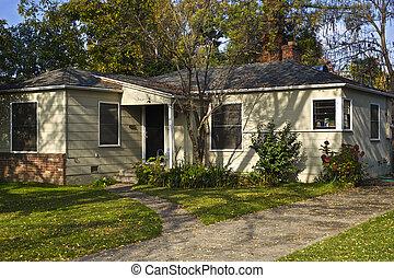 a, liten, 1950s, bungalow, är, skuggat, av, a, gigant, ek, träd.