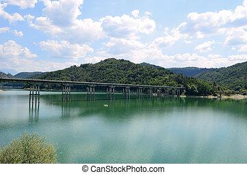 a, longo, ponte, que, conecta, a, costas, de, lago, salto, em, abruzzo
