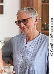 a, lycklig, äldre kvinna