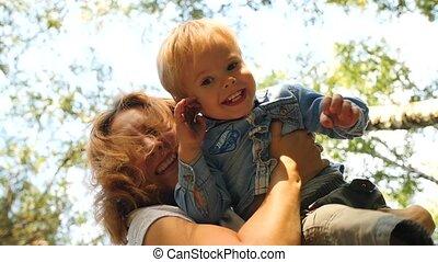 a, mère, et, elle, enfant joue, dans parc