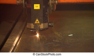 A machine tool device makes zigzag movements while welding a...
