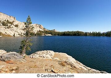 a, maio, lago, em, montanhas, parque yosemite