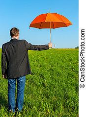 a, man, med, en, paraply, klar, till, skydda från regnet
