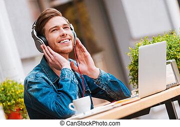 a, melhor, início, de, meu, day!, alegre, homem jovem, segurar passa, ligado, fones, enquanto, sentando, em, bar calçada