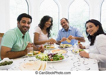 a, mellersta ostlig, familj, avnjut, a, måltiden, tillsammans