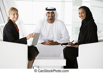 a, mellersta ostlig, herre och kvinna, och, a, caucasian, kvinna prata, hos