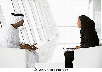 a, mellersta ostlig, herre och kvinna prata, hos, a, affärsmöte
