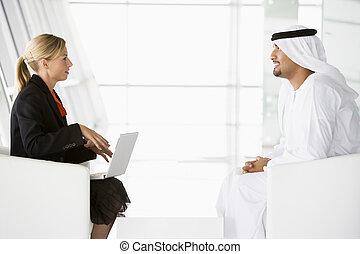a, mellersta ostlig, man, och, caucasian, kvinna prata, hos, a, affärsverksamhet m