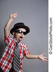 a, menino, em, um, chapéu, e, pretas, óculos, um, experiência cinza