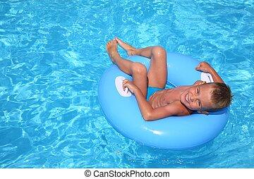 a, menino piscina
