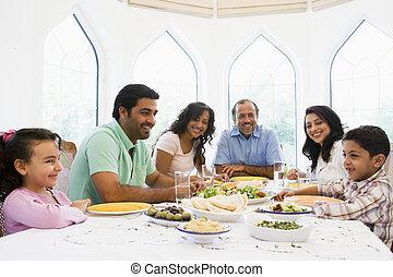 a, mittler ost-, familie, genießen, a, mahlzeit, zusammen