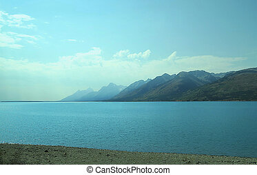 Yellowstone Lake - A mountain range on Yellowstone Lake in ...