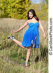 a, mulher bonita, em, um, vestido azul, em, a, campo