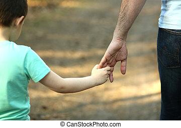 a, pai, segura, a, mão, de, dela, filho