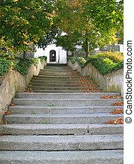 a, pedra, passos, de, a, escadas, guiando, para, a, igreja, em, tynec