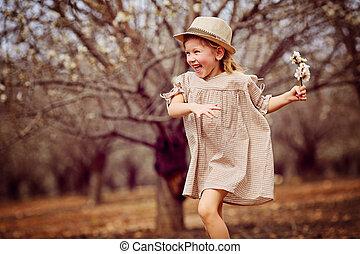 a, petite fille, est, courant, dans, les, park.
