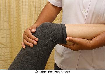 a, physio, therapeut, schwierig, prüfen, der, knie, und, bein