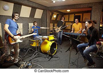 a, rockgruppe, arbeitende , in, studio., der, freude, von,...