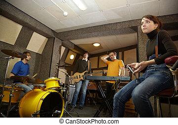 a, rockgruppe, gleichfalls, arbeitende , in, studio., üben, pause