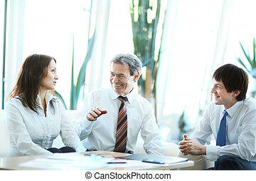 a, sérieux, réunion, de, hommes affaires, à, les, bureau., discussion, équipe, dans, bureau
