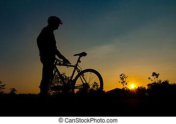 a, silhouette, de, motard, à, coucher soleil