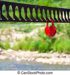a, singel, hjärta gestaltade, röd, hänglås, symbolizing, kärlek, hängande, den, bro, ledstänger, med, suddig, flod, grönska, kulle, in, bakgrund