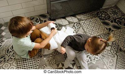 a, soeur, petit, toilette, amusement, garçon papier, salle bains