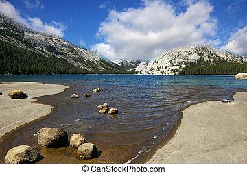 a, tó, alatt, hegyek, közül, yosemite