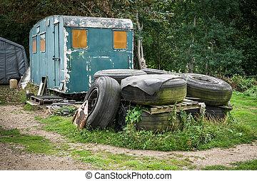 a, tas, de, vieux, pneus, devant, une, abandonnés, caravane