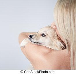 a, vacker kvinna, mode, holdingen, hund, in, studio, grå fond