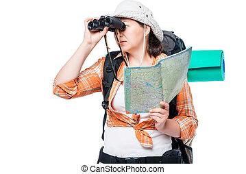 a, verloren, frau, tourist, mit, a, landkarte, und, fernglas, auf, a, weißer hintergrund