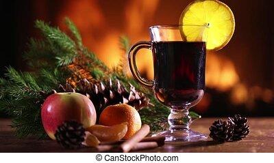 a, verre, de, vin chaud, à, fruit, et, pin, branches