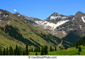 A view of the Rocky Mountains and its valleys.