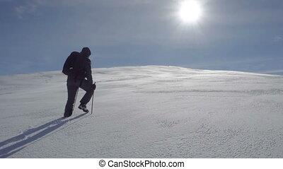 a, wanderer, klettert, der, schneebedeckt, hügel