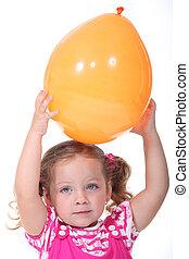 a, wenig, blond, m�dchen, spielende , mit, a, balloon