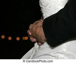 a, zärtlich, moment, als, der, neuvermählt, paar, tanz, ihr, zuerst, dance., closeup, von, bräutigame, hände, ungefähr, lassen zurück herunter, von, braut, mit, fokus, lichter, in, hintergrund.