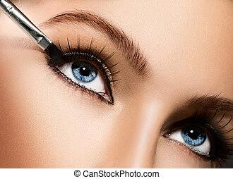 aan het dienen, eyeliner., makeup, schoonheidsmiddel, eyeshadows, closeup.