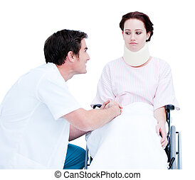 aandachtig, mannelijke arts, het bespreken, met, een, patiënt, in, een, wheelchair