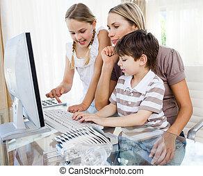 aandachtig, moeder, onderwijs, haar, kinderen, hoe, om te, gebruiken, een, computer