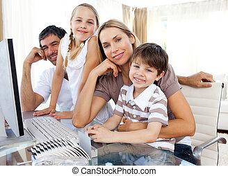 aandachtig, ouders, en, hun, kinderen, gebruik, een, computer