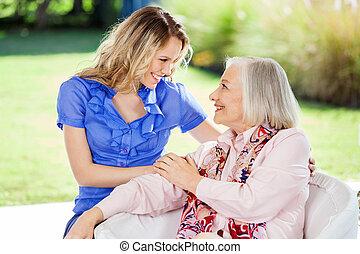 aanhankelijk, kleindochter, en, grootmoeder, op,...