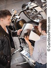 aankoop, motorfiets, over, jonge, aanzicht, omzet, vrolijk, motorcycle., uitvoerend, bovenzijde, raadgevend, klant