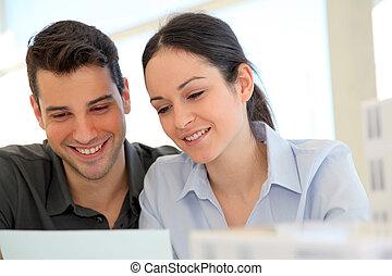 aankoop, ondertekening, paar, jonge, contracteren, eigendom, vrolijke
