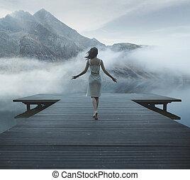 aanlokkelijk, vrouw het lopen, op, de, van hout landingsplaats