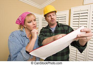 aannemer, in, harde hoed, het bespreken, plannen, met, vrouw
